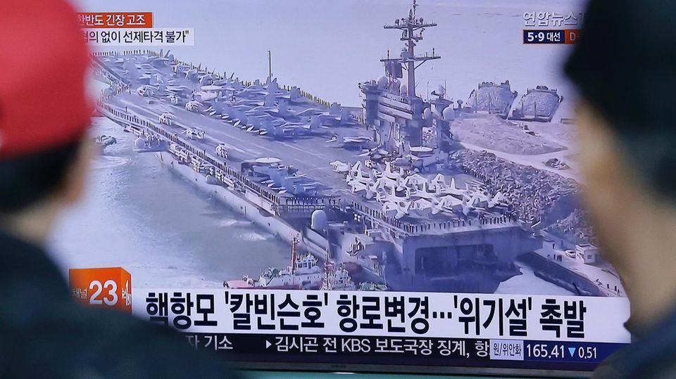 """Der Druck auf Nordkorea wächst: Ein Nachrichtensender zeigt den US-Flugzeugträgers """"USS Carl Vinson""""."""