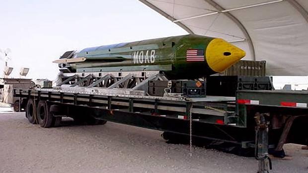 Die Mutter aller Bomben GBU-43/B in einem Hangar