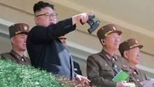 Nordkoreas Herrscher Kim Jong Un im Kreis seiner Generäle. Sollten die USA einen Präventivschlag gegen das Atomprogramm starten, wird Kim militärisch antworten, sagt Nordkorea Experte Rüdiger Frank.