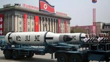 Raketen Nordkoreas bei einer Militärparade zu Ehren Kim Jong Ils