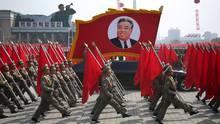 """Zu Kim Il-sungs Geburtstag wird aufmarschiert. Der Staatsgründer und Großvater des amtierenden Diktators Kim Jong Un wäre heute 105 Jahre alt geworden. Als """"Ewiger Präsident"""" ist er per Gesetz immer noch Staatsoberhaupt - auch wenn er bereits seit 1994 tot ist."""