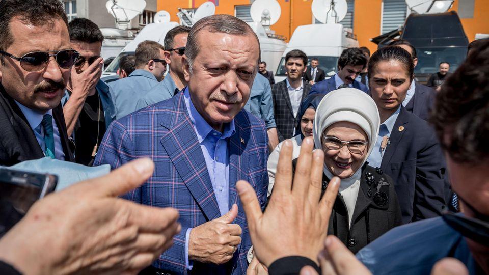 Türkei: Staatspräsident Recep Tayyip Erdogan kommt neben seiner Frau Emine in Istanbul aus dem Wahllokal und winkt zum Volk