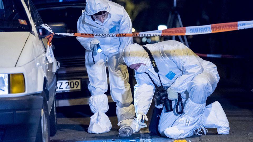 Polizeibeamte sichern den Tatort in Hannover