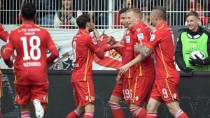 Die Berliner Spieler jubeln über das 1:0
