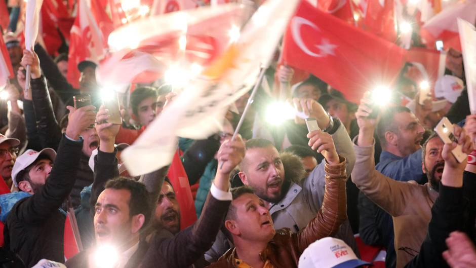 Türkei: Anhänger der türkischen Regierungspartei AKP feiern den Sieg des Erdogan-Lagers