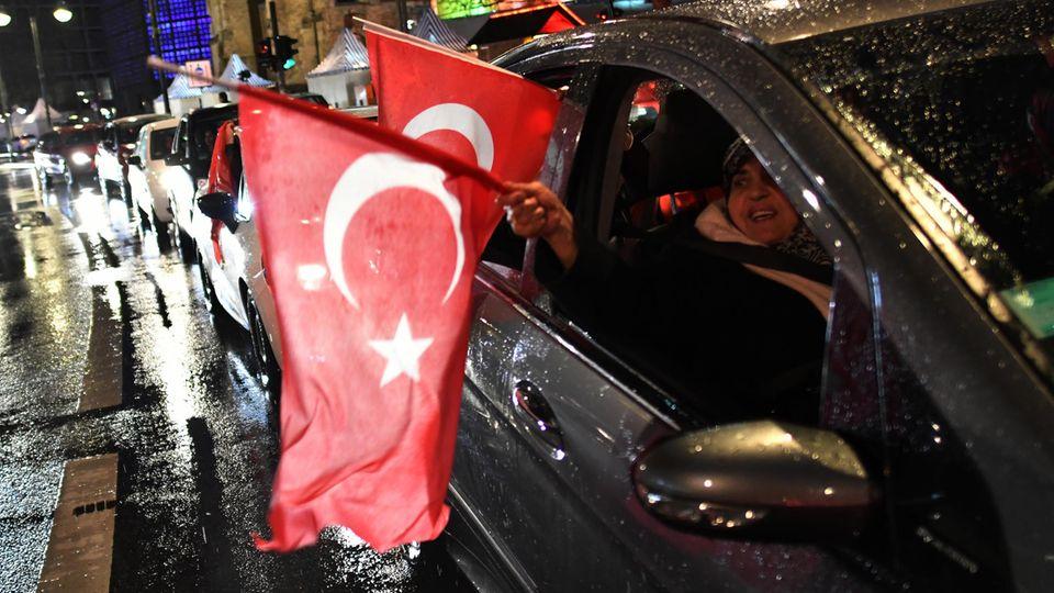 Mit türkischen Fahnen und lautstarkem Jubel feierten zahlreiche Türken in deutschen Städten