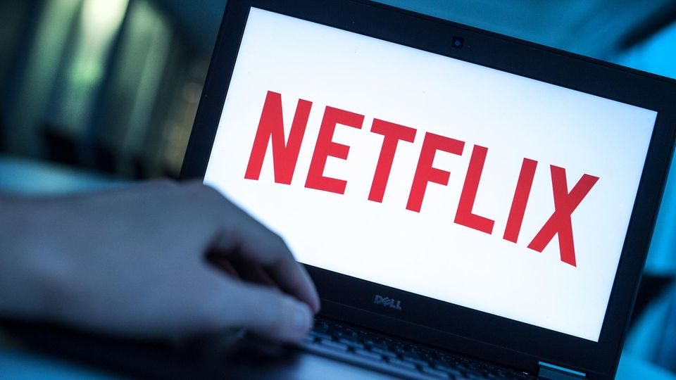 Ein geöffneter Laptop, auf dessen Bildschirm das Netflix-Logo zu sehen ist