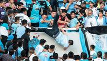 Schlimme Szene aus Argentinien: Ein Mann wird von der Tribüne gestoßen - später starb er