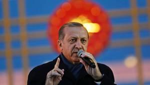 Trotz kritischer Stimmen: Präsident Recep Tayyip Erdogan lässt sich von seinen Anhängern für den Ausgang des Verfassungsreferendums feiern.