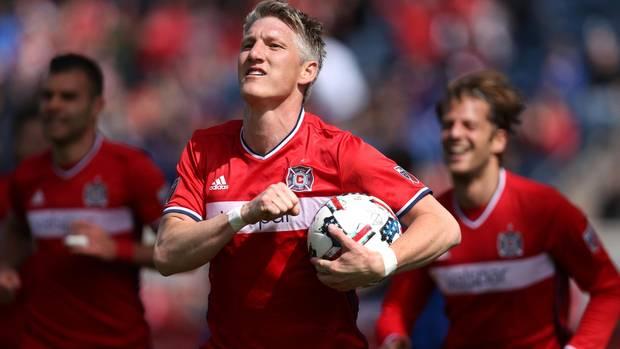 Bastian Schweinsteiger läuft mit dem Spielball in der Hand über das Feld, nach dem er ein Tor geschossen hat