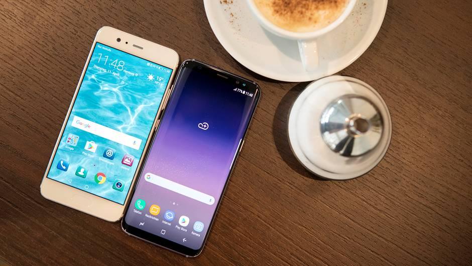 Links ein iPhone 7 Plus, rechts das Galaxy S8. Trotz kleinerem Gehäuse hat das Samsung-Telefon einen größeren Bildschirm.