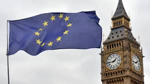 Brexit: Eine EU-Flagge weht vor dem Parlamentshaus in London