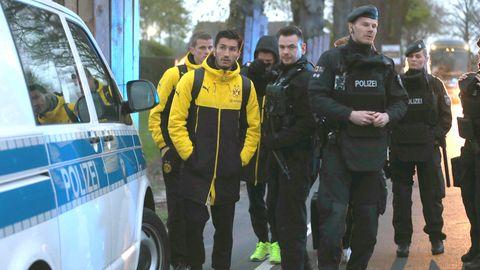 Sven Bender und Nuri Şahin nach dem Anschlag