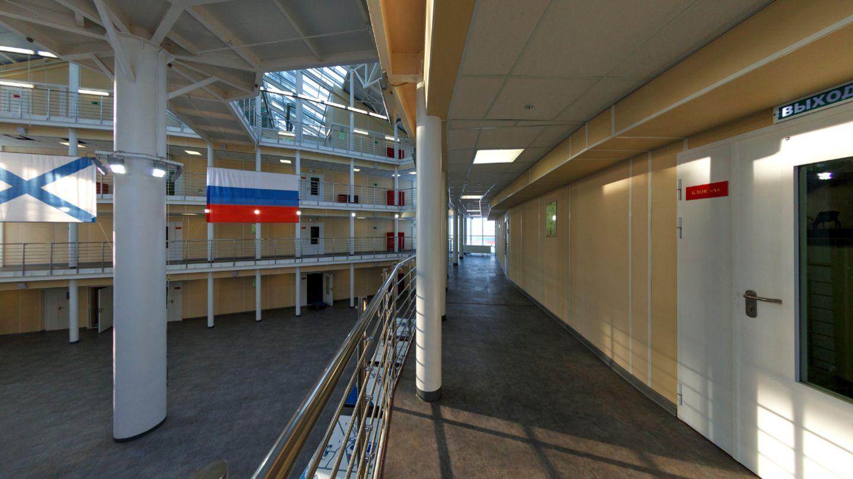 Die Räume gruppieren sich um einen großen zentralen Raum.