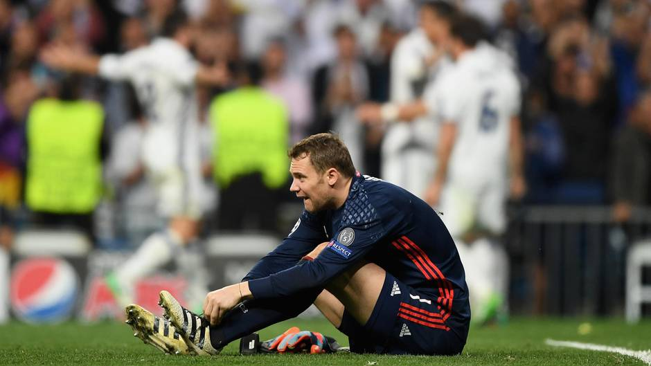 Manuel Neuer sitzt auf dem Rasen - er fällt mit einer Fußverletzung für Rest der Saison aus