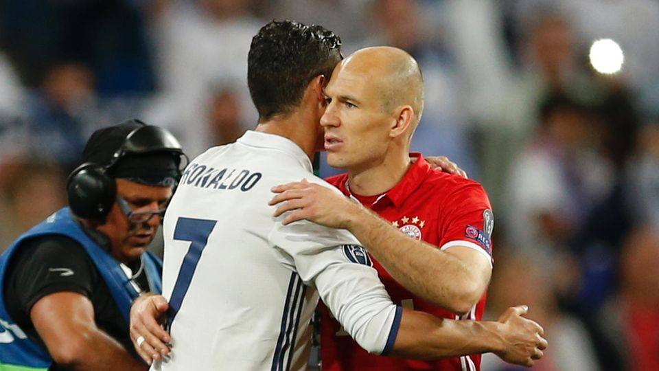 Arjen Robben und Cristiano Ronaldo umarmen sich beim Spiel von Real Madrid gegen FC Bayern München in der Champions League