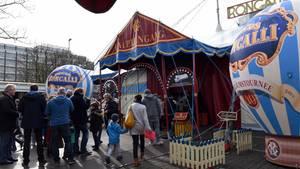 Roncalli-Zelt mit Zuschauern vor dem Eingang