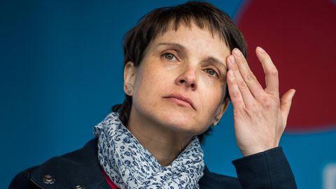 AfD-Chefin Frauke Petry nachdenklich - sie verzichtet auf eine Spitzenkandidatur zur Bundestagswahl