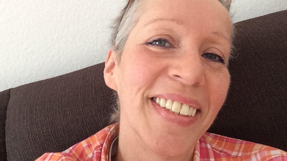 """Susanne Reichardt, 55  Die Ehefrau eines Heilpraktikers starb am Ostermontag 2016 an Brustkrebs. Damit andere Patienten nicht so leichtgläubig wie sie in die Fallen der Alternativmedizin stolpern, veröffentlichte sie ihre Leidensgeschichte im Internet, ihr Sohn Michael Koch verbürgt sich für die Echtheit.    Demnach tastete sie im Jahr 2010 einen Knoten in ihrer Brust. Ihr Mann diagnostizierte eine """"harmlose Zyste"""". Drei Jahre lang ließ sie sich von ihm verbieten, einen Gynäkologen aufzusuchen. """"Die Ehefrau eines Heilpraktikers braucht keinen Arzt"""", soll er gesagt haben und behandelte sie selbst. Sie schluckte Kapseln, Globuli, Schüsslersalze und bekam einige Mittel, die in der alternativmedizinischen Szene als Wunderwaffen gegen Krebs gehandelt werden: Die """"schwarze Salbe"""", die den Tumor durch die Haut herausziehen und zerstören soll. Den Bittermandelstoff Amygdalin, auch """"Vitamin B17"""" genannt, dessen durchschlagende Wirkung angeblich seit Jahrzehnten von einem Komplott aus Pharmaindustrie und Ärzten verschwiegen wird. Das Miracle Mineral Supplement MMS, das schon beim Einatmen seine giftigen Wirkungen entfaltet.    Als sie sich Ende 2014 im Marienhospital Stuttgart einer schulmedizinischen Behandlung unterziehen wollte, war es zu spät. Der Brustkrebs hatte in viele Organe gestreut. Der Heilpraktiker landete vor Gericht und kam mit einer Geldbuße davon - allerdings nicht wegen seiner eigenmächtigen Diagnose und Therapie (die die Staatsanwaltschaft gar nicht zur Anklage brachte), sondern lediglich wegen eines Vorfalles von Körperverletzung im Ehestreit.      Quellen: Persönliche Interviews mit dem Heilpraktiker selbst sowie dem Sohn von Susanne Reichardt Michael Koch. Einblick in medizinische und persönliche Dokumente, Arztbriefe, Fotos und Videos. Begleitung des Prozesses am Amtsgericht Simmern. Aufzeichnungen von Susanne Reichardt."""