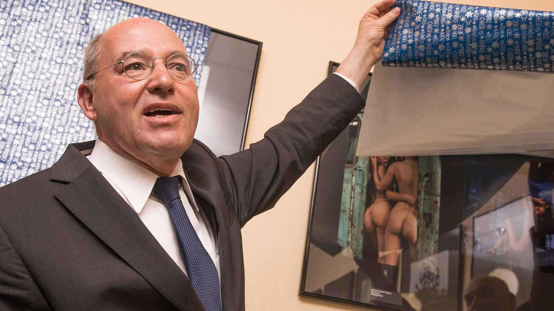 Gregor Gysi zeigt Nacktfotos im Wahlkreisbüro