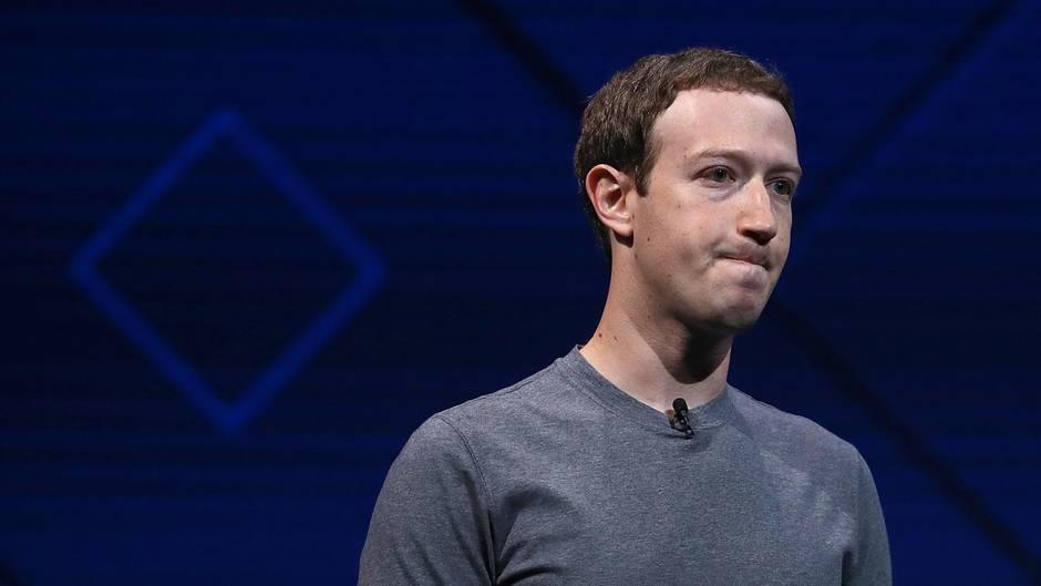 Facebook-Chef Mark Zuckerberg schaut bei seiner F8-Rede betreten