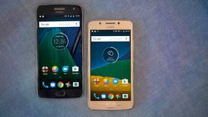 Moto G5 und G5 Plus liegen nebeneinander