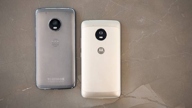 Moto G5 und G5 Plus liegen auf einem Steinfläche