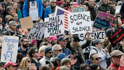 Wissenschaftler demonstrieren am 19.02.2017 in Boston, USA, gegen die Trump-Regierung.