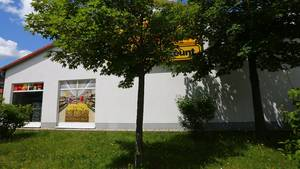 Vor dem Discounter im sächsischen Arnsdorf wurde der Mann an einen Baum gefesselt.
