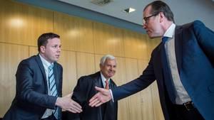 Unternehmer Clemens Tönnies (r.) und sein Neffe Robert schütteln sich vor Gericht die Hand
