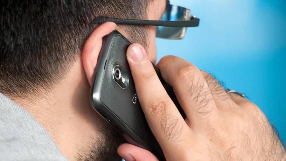 Ein Mann telefoniert mit einem Smartphone am Ohr.