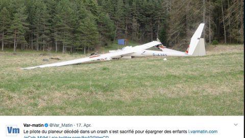 Wrack des abgestürzten Segelflugzeugs vor einem Waldstück