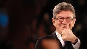 Jean-Luc Melenchon, Präsidentschaftskandidat in Frankreich, reckt seine linken Daumen in die Höhe.