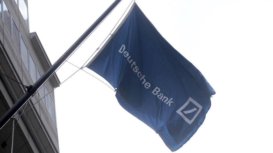 An der Wall Street weht eine Fahne der Deutschen Bank