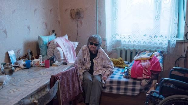Zu sehen ist die Adoptivtochter Jeschows in ihrem Zimmer