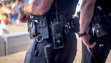 Zwei amerikanische Polizisten in Uniform