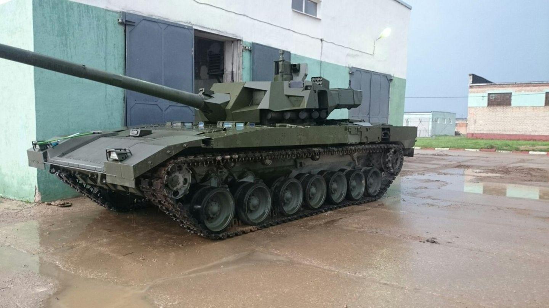 Die zerklüfteten Anbauten beherbergen Abwehrwaffen, die außerhalb der eigentlichen Panzerung untergebracht sind.