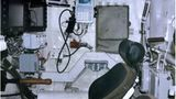 So sieht ein Arbeitsplatz im T-14 aus. Lustiges Detail ist der uralte Spaten neben dem Sitz.