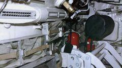 Solides Metall ohne Verkleidung umgibt die Besatzung.