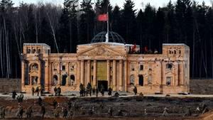 Russen erstürmen Mini-Reichstag