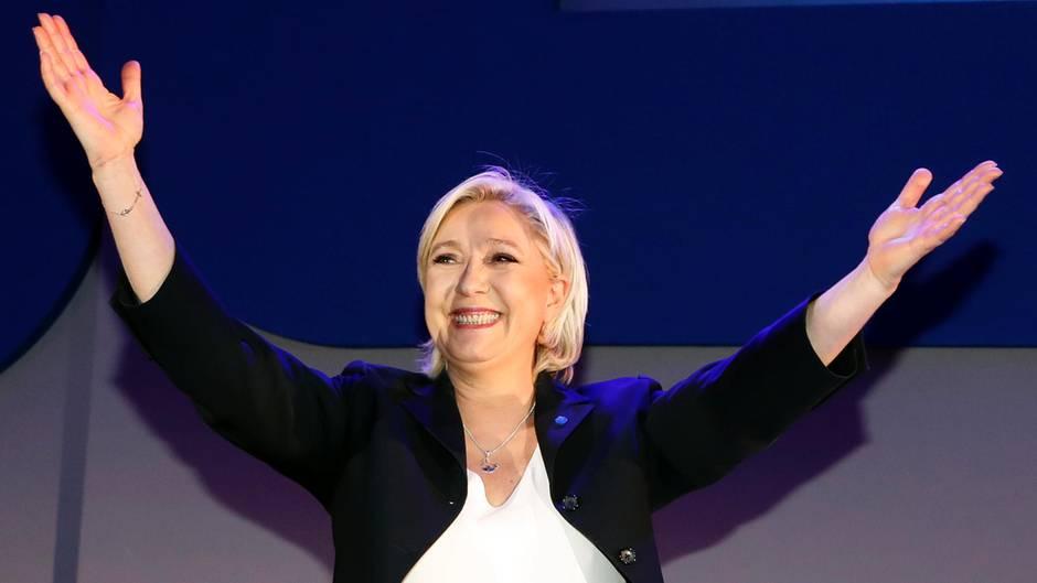 Marine Le Pen jubelt - sie hat mit für den Front National ein Rekordergebnis bei der Wahl in Frankreich eingefahren