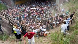 Tausende Raver drängten sich am 24. Juli 2010 auf der Loveparade in und vor dem Tunnel in Duisburg