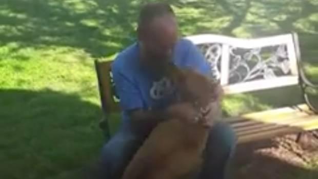 Shane und sein Hund Willie freuen sich über ihr Wiedersehen
