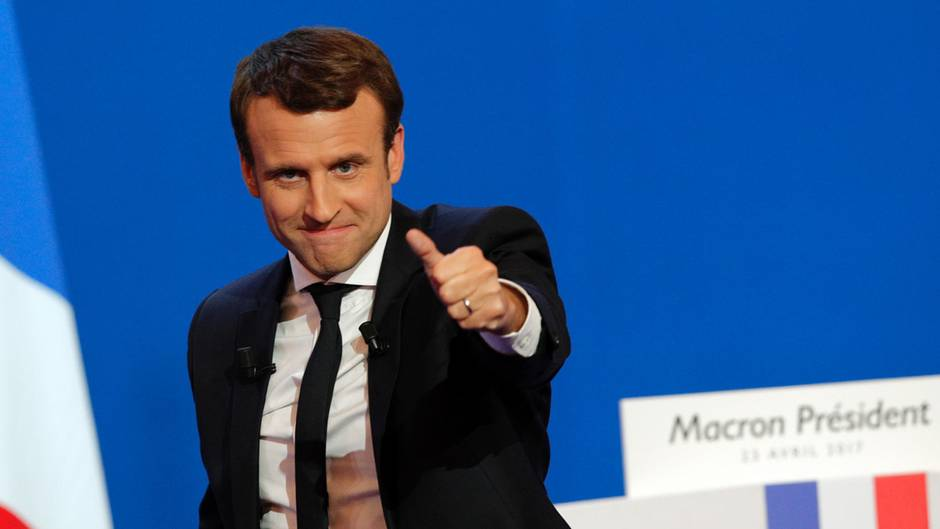Emmanuel Macron hebt den Daumen - er hat die Präsidenten-Wahl in Frankreich gewonnen