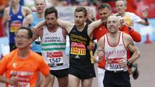 Matthew Rees hilft David Wyeth beim London Marathon