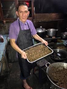 Küchenchef Michael Kenzo kocht in seinem Restaurant Tinoor Permai in Jakarta (Indonesien) Hundefleisch-Gulasch.