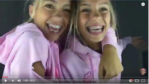 Die Zwillinge strahlen in die Kamera