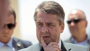 Außenminister Sigmar Gabriel mit Finger an der Lippe - Besuch in Isreal, kein Treffen mit Benjamin Netanjahu