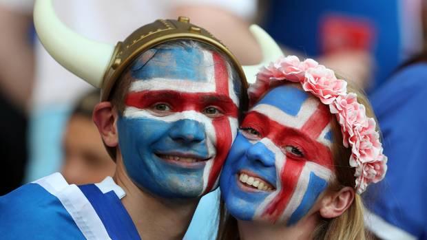 Isländische Fußballfans feuern bei der EM 2016 ihre Mannschaft an