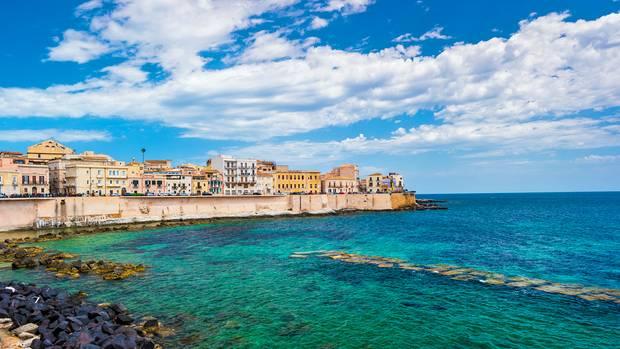 Syrakus liegt an der südöstlichen Küste Siziliens im Mündungsgebiet der Flüsse Anapound Ciane.